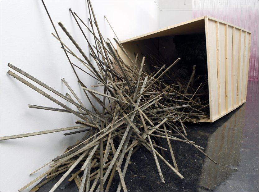 KAOS: Som kunstneren Stein Koksvik gjorde på Vigelandsmuseet for et par år siden, jobber Stefan Christiansen med kaotiske strukturer i «Trær som faller». Foto: Nils Bjåland/VG