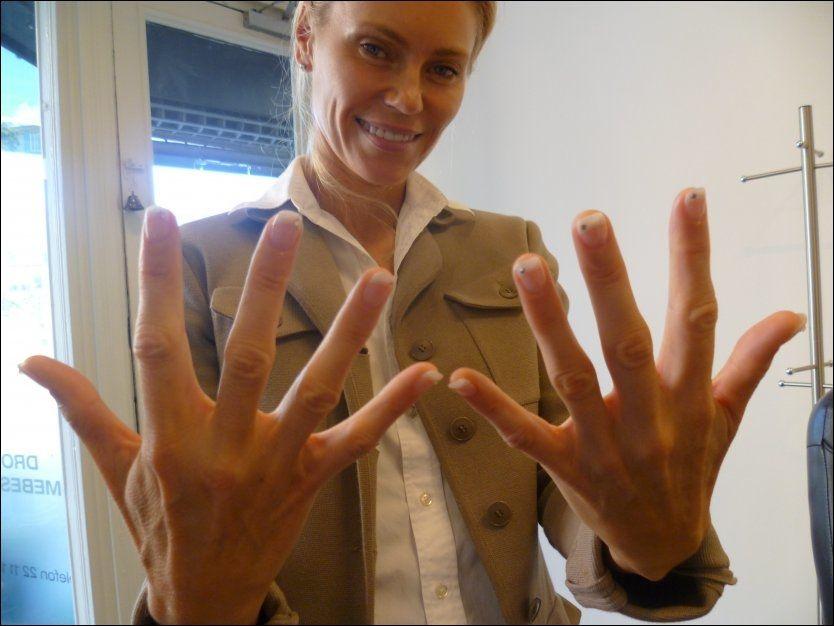 NEGLEPRYD: Anna Anka viser ekte glede over falske diamanter dagen før det braker løs. Foto: Privat