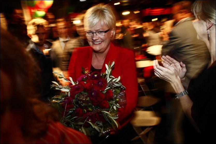 SMILTE: SV-leder var tydelig preget, men smilte etter at hun slapp bomben under SVs valgvake. Foto: Krister Sørbø