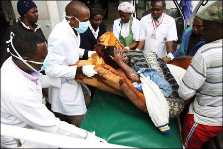TIL SYKEHUS: En skadet person hjelpes ved akuttmottaket i Nairobi etter en brann i en oljeledning. Foto: Reuters