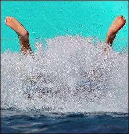 BASSENGSTUP: Hva gjør han dere nede i vannet? Foto: AFP