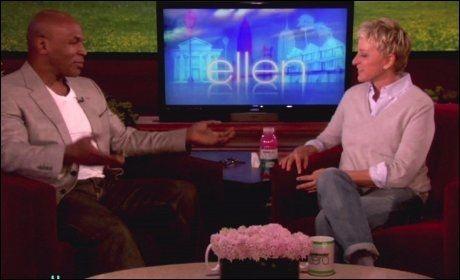 PRESTISJETUNGT: Talkshow-vert Ellen DeGeneres er nøye med hvem som blir invitert i studio. Her har hun besøk av Mike Tyson. Foto: Wenn