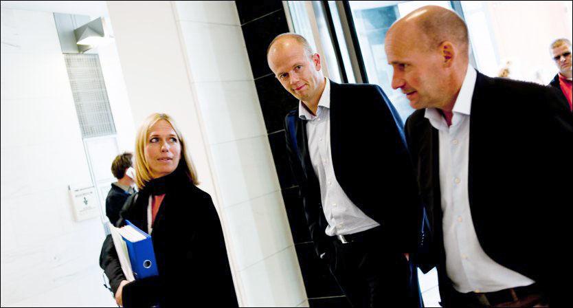 KRITIKK: Geir Lippestad får kritikk for å være for tett på politiet. Her er han fotografert sammen med statsadvokatene Svein Holden og Inga Bejer Engh. Foto: Krister Sørbø/VG