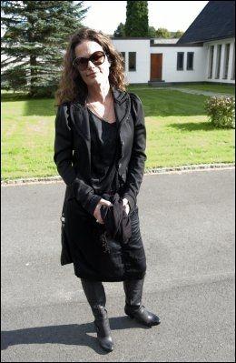 HEDRET VENNINNEN: Kari Iveland sang en egen låt som hun skrev til Hilde Heltberg etter at hun døde. Foto: Espen Braata/VG