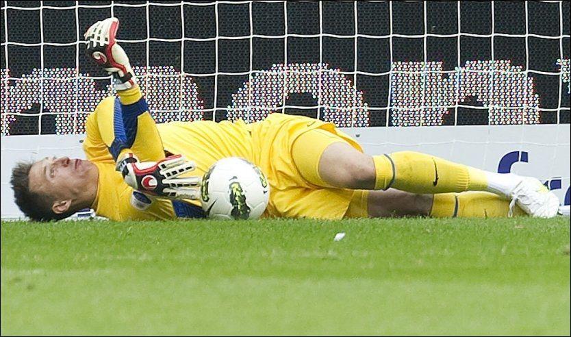 KRAFTIG HODESMELL: PSV-keeper Przemyslaw Tyton fikk en kraftig smell i hodet i søndagens kamp mot Ajax. Foto: Afp
