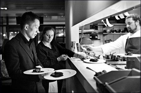 PÅ JOBB: Thomas Moon Lee Hytten jobber nesten hver helg på Oro Bar og Grill i Oslo sentrum. Foto: Thomas Winje Øijord