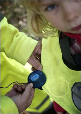 FESTES PÅ VESTEN: Senderen settes fast på refleksvestene som barna vanligvis bruker i barnehagen og signalet sendes til en mobil som de ansatte har. Foto: Henrik Hansson/Aftonbladet