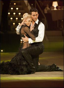 FORNØYDE: Anna Anka og Glenn Jørgen Sandaker fikk flere poeng denne gangen enn forrige, og var svært fornøyde med sin tango. Foto: Scanpix