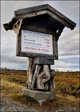 KLAR BESKJED: Dette skiltet passerte Stoltenbergs bil uten å betale avgiften. Foto: GEIR OLSEN, VG