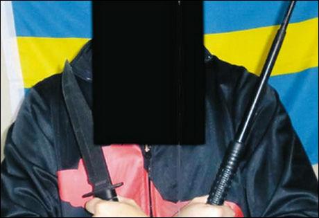 POSERER PÅ NETTET: En av de tiltalte viser seg selv frem med kniver på internett. Foto: Svensk politi