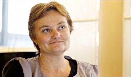 STEMPLER TÅKEFYRSTER: Rigmor Aasryd nøler ikke et sekund med å dunke sitt nye, røde stempel i kontorpulten dersom hun oppdager et tåkete og kronglete byråkratspråk. Foto: Knut Erik Knudsen