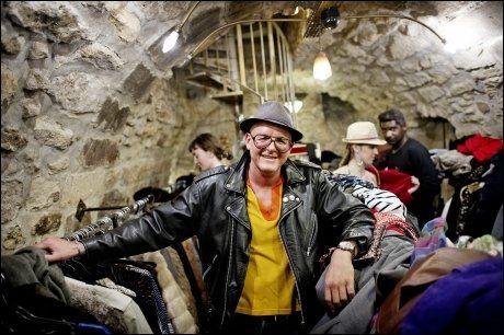 SKINNDILLA: Stéphane Recorbet er ferd med å kjøpe sin 20. brukte skinnjakke. Foto: GØRAN BOHLIN