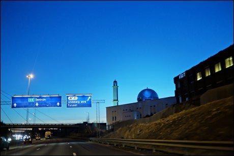 LANGS VEIEN: Moskeen ligger langs en av hovedveiene inn til Oslo. Foto: Scanpix