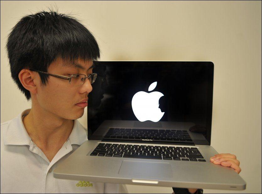 HEDRET IT-LEGENDE: Jonathan Mak (19) hedret Apple-gründeren Steve Jobs med denne logoen. Foto: AFP