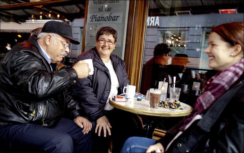 LATTERMILD: Ekteparet Radmila (54) og Jusef Poric (54) kjenner seg godt igjen i forskningen. - Når han er forkjølet er det som om han har 15 andre sykdommer samtidig. Han blir helt slått ut, ler datteren Ida Nikovic (28). Foto: Marius Knutsen/VG