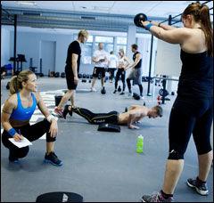 Lene Alexandra Øien inspirerer og registrerer mens treningspartneren Sandra Johansson løfter. Foto: Kyrre Lien