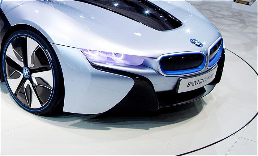 MINDRE PLASSKREVENDE: Laserlys trenger liten plass i forhold til tradisjonelle lyskastere, og dermed står designerne friere. Her BMWs konseptbil, elektriske i8. Foto: Kyrre Lien