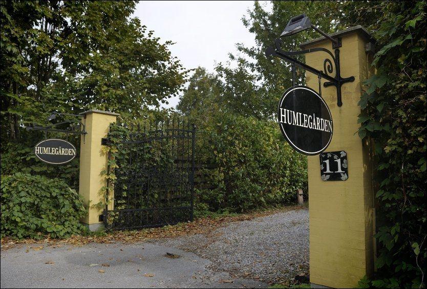 HUMLEGAARDEN: Innenfor denne porten på Nordskjælland i Danmark driver Humlegaarden sin alternative kreftbehandling. Foto: EKSTRA BLADET