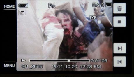 DETTE SKAL VÆRE GADDAFI: Dette bildet, som nyhetsbyrået AFP har publisert, skal angivelig vise Libyas tidligere leder Muammar Gaddafi som blir pågrepet. Bildet skal stamme fra en video, som er publisert på nett. Det er så langt ingen som har kunne bekrefte at personen på bildet er Muammar Gaddafi. Foto: AFP