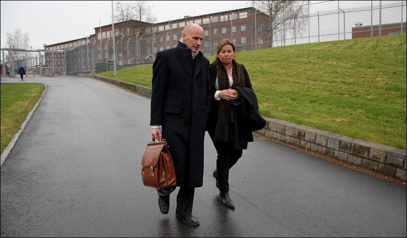 MØTTE BREIVIK: Her er forsvarerne Geir Lippestad og Vibeke Hein Bæra på vei ut fra Ila fengsel etter å ha møtt klienten fredag ettermiddag. Foto: Jarle Brenna