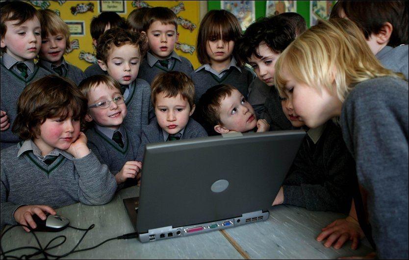 SKEPTISK TIL HÅNDSKRIFT: Hos disse barna ved St.Joseph's School i Storbritannia, kan omtrent 86 av barna mellom fem og syv år skrive på PC. Forsker Arne Trageton mener norske barn ikke kommer til å trenge å lære seg håndskrift i det hele tatt om ti år. Foto: Pa Photos