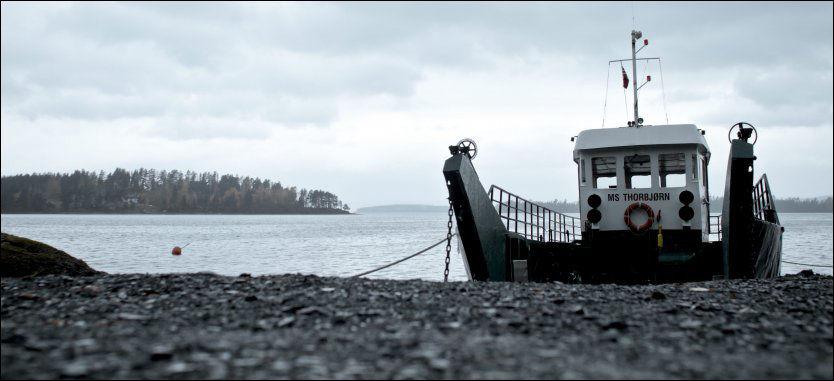 """AUF-fergen """"MS Thorbjørn"""" satte seg fast i en sandbanke, etter å ha sluppet av en gruppe flyktende ungdommer. Det forsinket fergen i arbeidet med å hjelpe politiet 22. juli. Foto: KRISTER SØRBØ"""