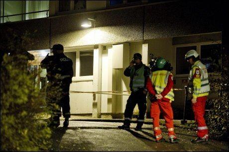 RYKKET UT: Store mannskaper fra redningsetatene og politiet rykket fredag kveld ut til leiligheten der eksplosjonen skjedde. Foto: ESPEN BRAATA, VG