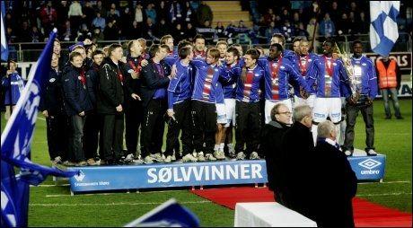 MOLDES SISTE SØLVLAG: Her er MFK-laget som i 2009 1999 tok sølv i eliteserien, og dermed ble Molde værende sølvlaget i norsk fotball. Men nå er de et gullag. Foto: Scanpix