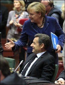 SKUFFET: Franske og tyske politikere er skuffet over at avtalen som Angela Merkel (bak) og Nicolas Sarkozy forhandlet fram i forrige uke, nå skal legges ut for folkeavstemning i Hellas. Mange frykter at grekerne vil si nei, noe som vil skape store problemer for eurosamarbeidet. Foto: SCANPIX