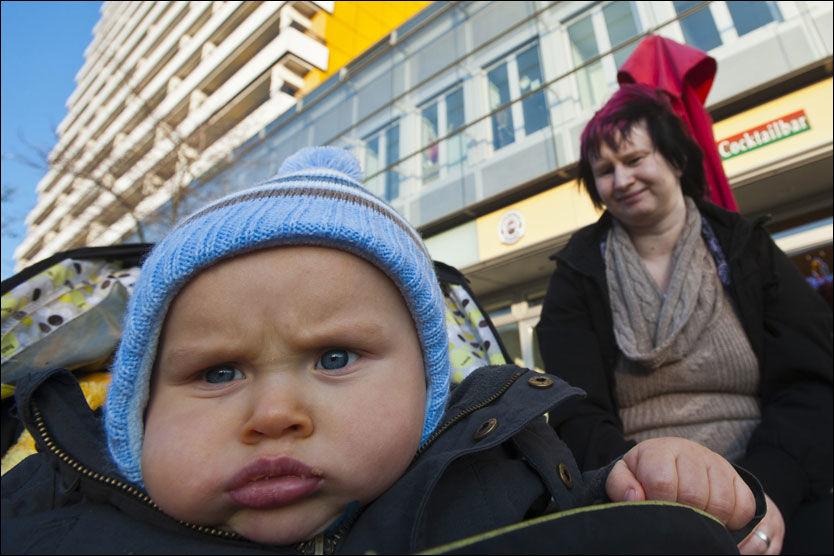 LEI AV HELLAS: Isabelle Maven (27), som bor i den mindre velstående Berlin-bydelen Marzahn, mener Tyskland betaler for mye til Hellas. Her med sin 11 måneder gamle sønn Lucas. Foto: THOMAS GRABKA/VG