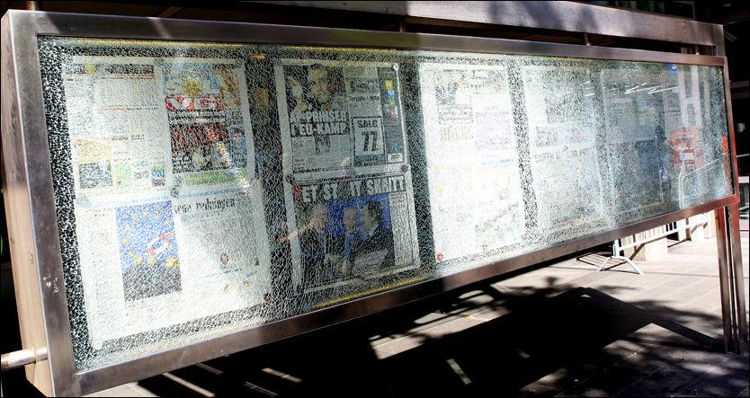 KNUST AV BOMBEN: Utenfor VG-huset henger fortsatt avissidene fra 22. juli. Avisstativet ble smadret av bomben til Anders Behring Breivik. Foto: Scanpix
