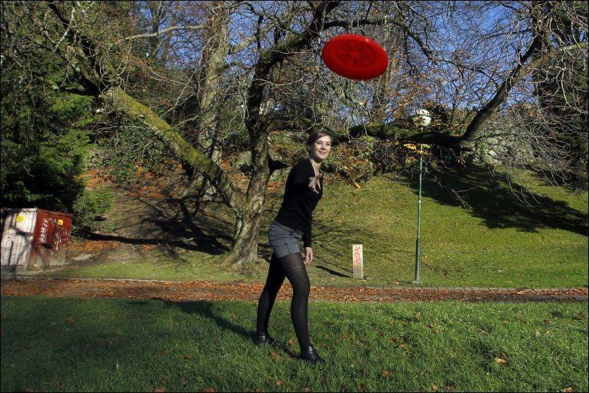 FINVÆR: Student Mariann Eriksen (23) slapper av med frisbee i Nygårdsparken. Nå ser det ut til at det milde novemberværet vil fortsette i flere uker fremover. FOTO: HALLGEIR VÅGENES / VG