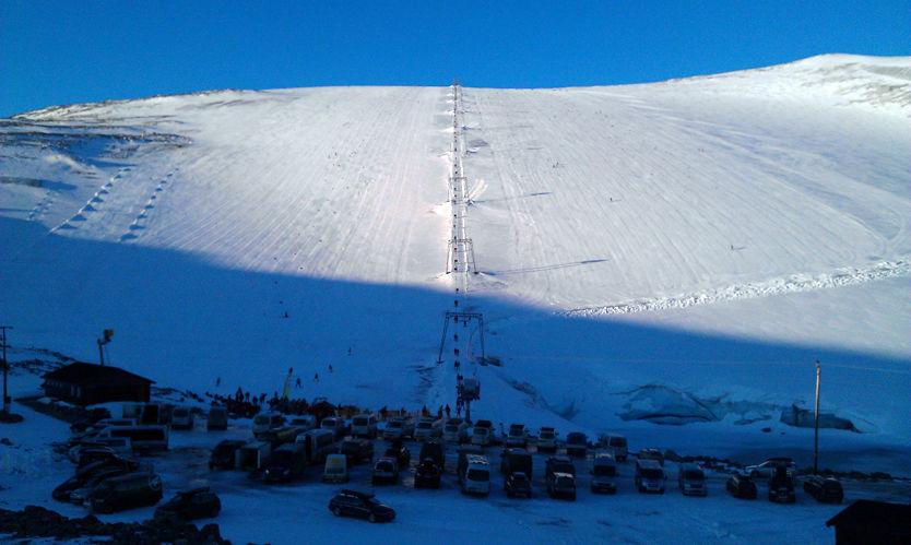 SOL OG SNØ: Dette bildet ble tatt på Galdhøpiggen Sommerskisenter klokken 9,30 i dag tidlig. Foto: Øystein Vaagaasarøygard