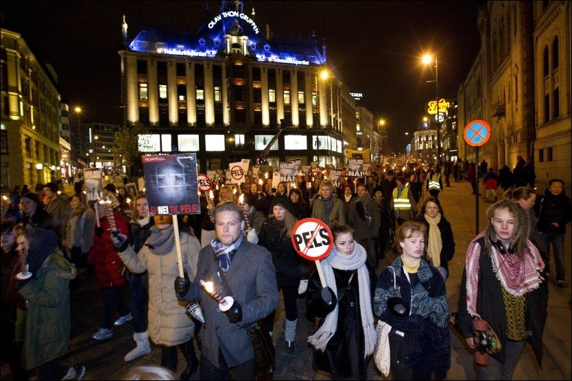 GODT OPPMØTE: Flere tusen mennesker deltok i NOAHs fakkeltog mot pels lørdag kveld. Foto: Scanpix