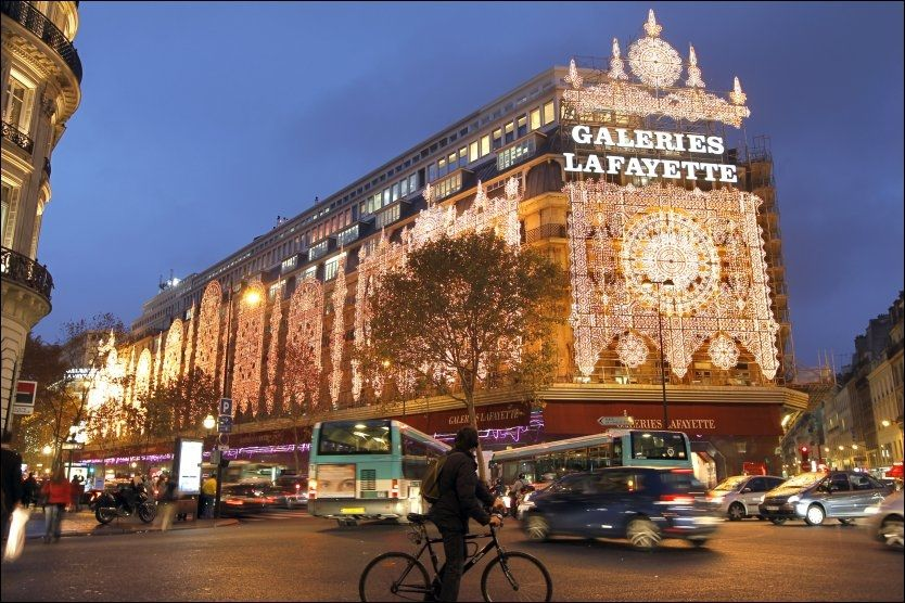 SÅ INGEN KROK ER MØRK: Kjøpesenteret Galeries Lafayette er allerede pyntet til jul. Foto: REUTERS