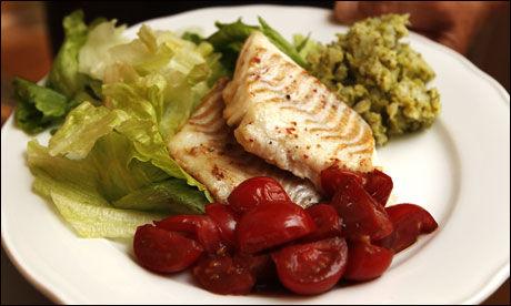 VELG FISK: - Julebordssesongen byr på flere gode muligheter til deilige fiskemåltider, påpeker forsker Line Kristin Johnson, men anbefaler også tran og Omega-3 kapsler med D-vitamin i for overvektige og andre som mangler dette viktige vitaminet. Foto: Kristian Helgesen
