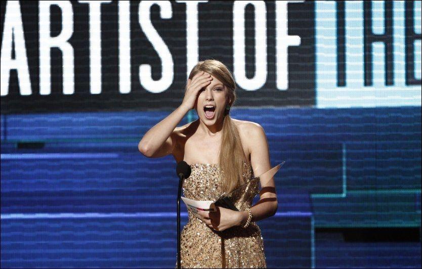 PRISDRYSS: Taylor Swift vant tre priser for sin musikk søndag kveld. Foto: AP.