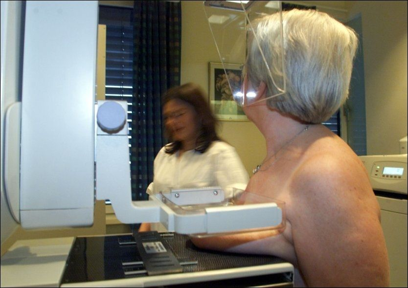 HØYE OVERLEVELSESTALL: Stadig flere norske pasienter overlever kreft. Ifølge tallene fra OECD overlever 87 prosent av norske brystkreftpasienter. Her får en kvinne mammografiundersøkelse. Foto: SCANPIX