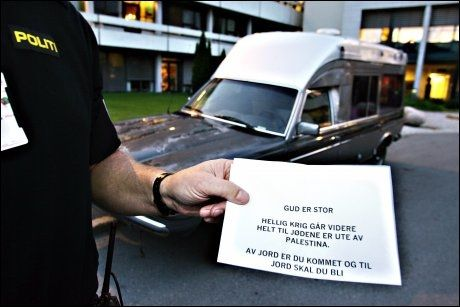 «BOMBETRUSSEL»: Denne beskjeden ble umiddelbart oppfattet som en bombetrussel. Den gamle bilen ble plassert utenfor NRKs hovedkontor på Marienlyst i Oslo i 2005. Foto: KNUT ERIK KNUDSEN