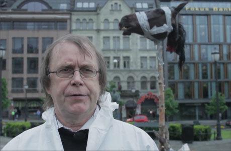 - DE MAGISKE GUDERS KRAFT: Det sier Øystein Meier Johannessen om Nidstangen han reiste utenfor Stortinget tidligere i år, for å demonstrere mot EU og høye strømpriser. Foto: Fra «Samfunnsbølla»