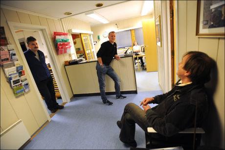 HOS LENSMANNEN: Politiførstebetjent Steinar Bergem (t.v.) og lensmann i Hemnes, Stig Haugen, snakker med Meier Johannessen på lensmannskontoret. Foto: OLE N. OLSEN