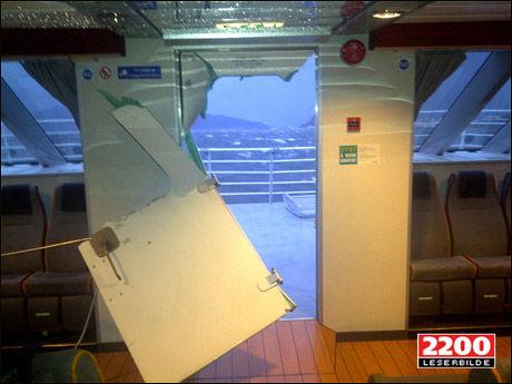 SMADRET: Slik er utsikten forover i salongen på hurtigbåten «Tideekspress» etter et ublidt møte med stormen «Berit». Foto: TOM BØE/2200 LESERBILDE