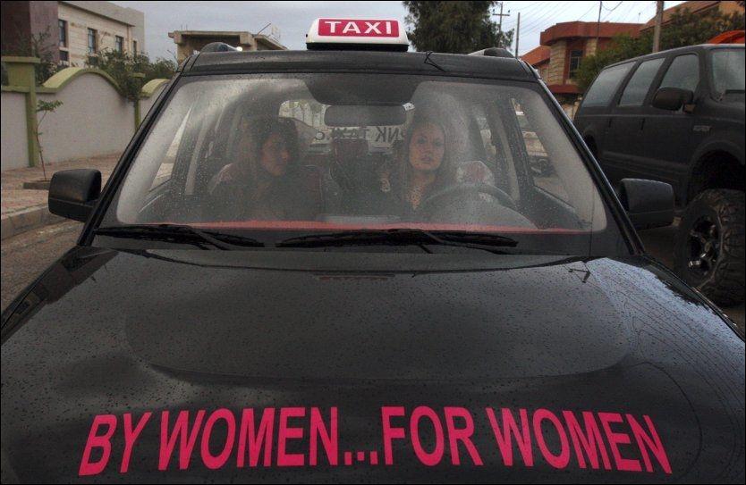 KVINNELIG TAXI: Her tar taxisjåføren Lana Khoshabaan i mot en kvinnelig passasjer i Arbil, 35 mil utenfor Bagdad. Hun har nylig opprettet sitt eget selskap etter at lignende selskap har hatt suksess i Libanon og Dubai, skriver Reuters. Selskapet har foreløpig kun tre biler å operere med. Foto: REUTERS
