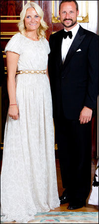 73.000 KRONER: Kjolen som Kronprinsesse Mette-Marit bar på ti-års-bryllupsdagen tidligere i år, er signert Giambattista Valli og har en prislapp på 73.000 kroner. Foto: Scanpix