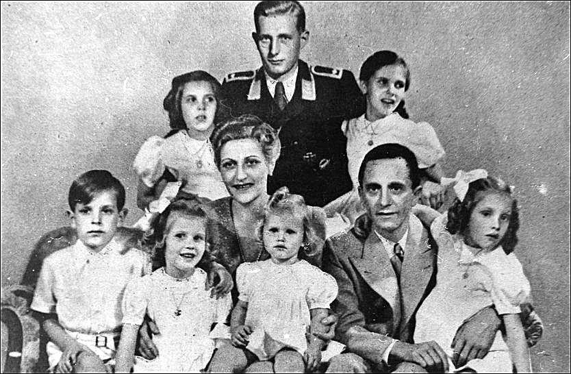 FAMILIEN POSERER: Familiefoto fra 1942 av familien Goebbels. Alle seks barna ble drept med cyanid før Magda og Joseph begikk selvmord. Goebbels' stesønn Harald Quandt i Luftwaffe-uniform er manipulert inn i bildet. Han satt i alliert fangenskap og levde til 1967. Foto: SPARTACUS FORLAG