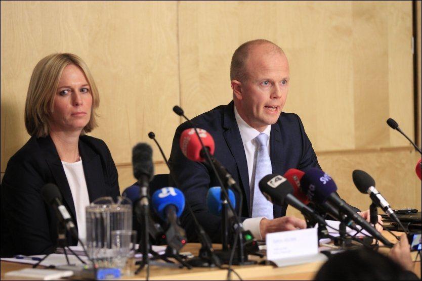 RAPPORTEN: Statsadvokatene Svein Holden og Inga Bejer Engh la tirsdag frem konklusjonen rettspsykiaterne har kommet frem til om terrorsiktede Anders Behring Breiviks mentale tilstand. Foto: CORNELIUS POPPE, SCANPIX