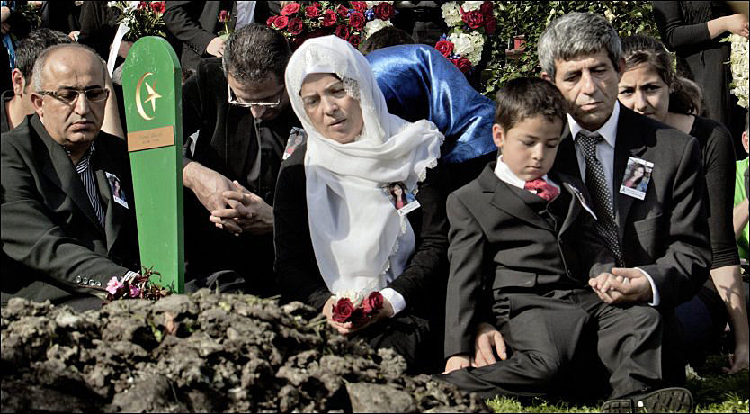 BEGRAVELSE: Her begraver Abdulkadir Dogan (foran til høyre) sin datter Gizem. Konan Gulberen Ylmaz sitter til venstre. Sønnen Berk er på fanget. Foto: ØYVIND N. NÆSS