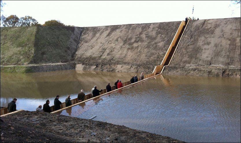 UNDER VANN: Moses Bridge er bygd slik at folk kan passere den nesten uten å synes fra utsiden. Foto: WENN.com