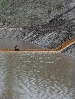 TITT-TEI: En fotgjenger titter ut fra broen. Foto: WENN.com