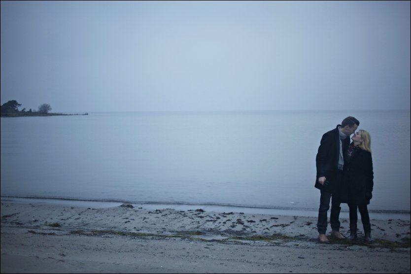 SMASKETUR: Mellom hav og himmel blomstrer romantikken for Josefin og Jonas Eriksson på Gotland: - Vi blir litt ekstra yre, ler de to turtelduene. Foto: Marte Vike Arnesen